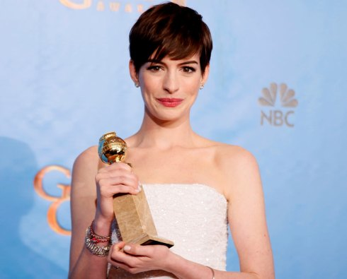 Anne Hathaway with her Golden globe for best supporting actress